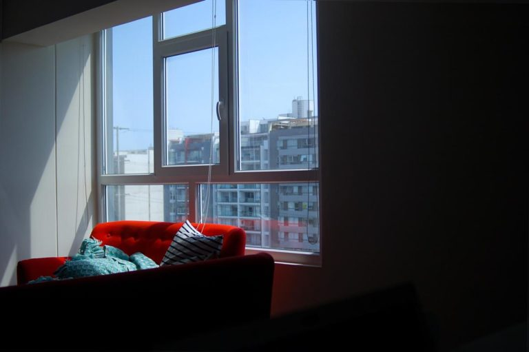 Rolety to estetyczny i trwały sposób na osłonięcie okien